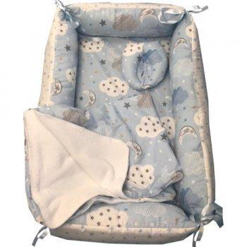 Reductor bebe bed nest cu paturica si pernuta antiplagiocefalie imprimeu norisori cu luna albastra