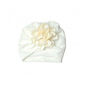 Turban alb brodat cu floricica atasata